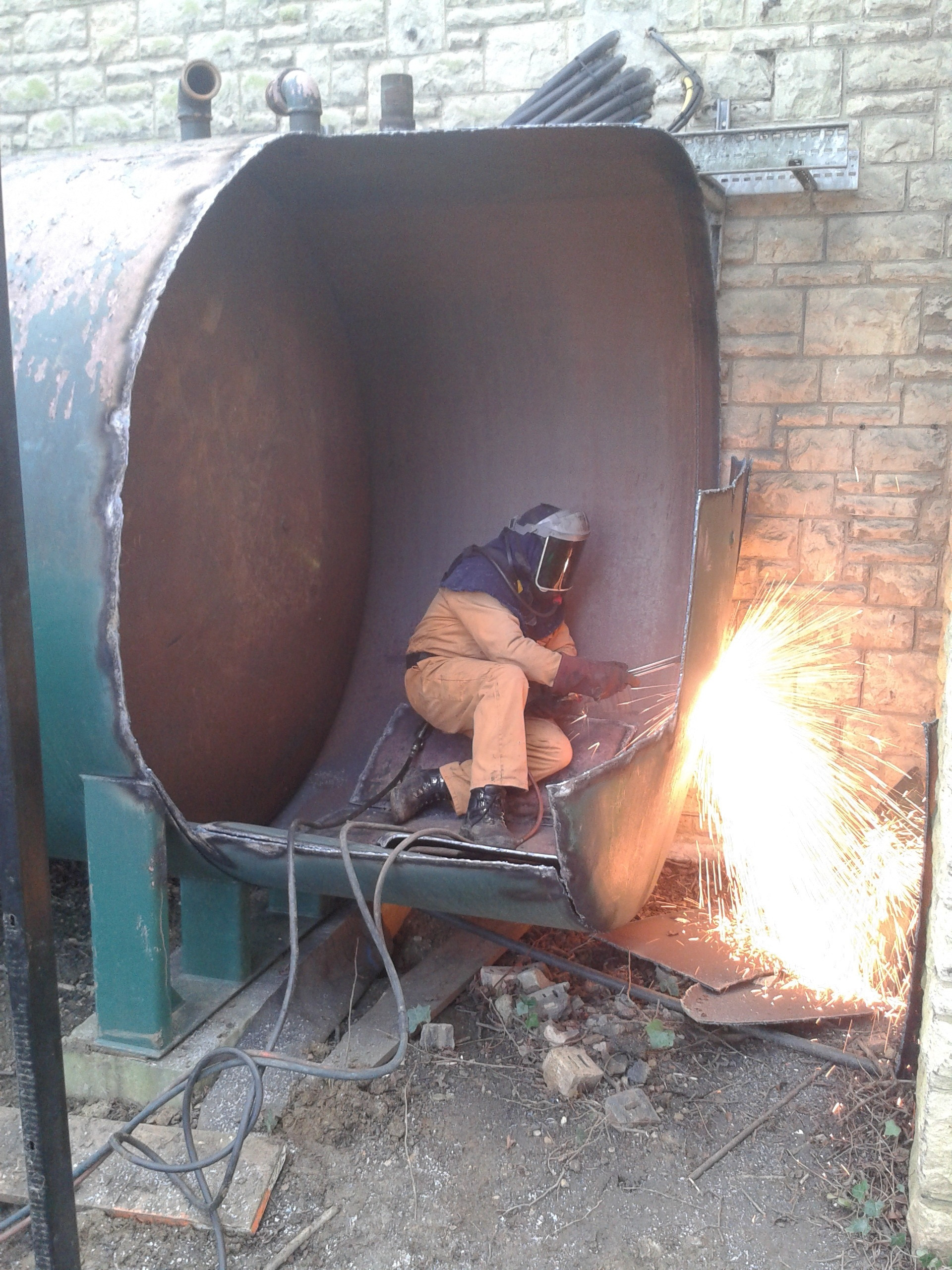 Hot cutting tanks to facilitate removal from site